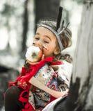 Портрет девушки в костюме американского индейца Стоковое Изображение RF