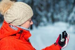 портрет девушки в лесе зимы Стоковая Фотография RF