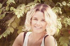 Портрет девушки в парке лета Стоковые Фотографии RF