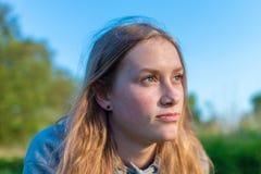 Портрет девушки в природе выглядя внимательный стоковые изображения