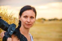 Портрет девушки держа камеру стоковые изображения rf