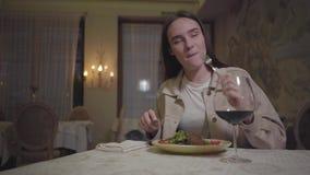 Портрет девушки есть красиво служил лапши аппетита с arugula выпивая красное вино и улыбку к кто-то видеоматериал