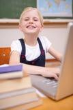 Портрет девушки используя тетрадь Стоковая Фотография RF