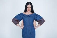 Портрет девушки которая сердита с ее парнем Маленькие руки владением ведьмы стороной одетый в платье моды стойки на белизне стоковые фотографии rf