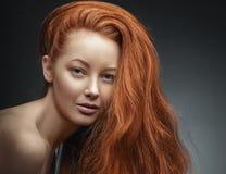 Портрет девушки красоты Здоровые длинные курчавые красные волосы Стоковые Изображения RF