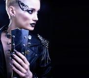 Портрет девушки модели стиля коромысла моды hairstyle Панковский состав женщины, Hairdo и черные ногти eyes закоптелое стоковая фотография rf