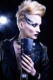 Портрет девушки модели стиля коромысла моды hairstyle Панковский состав женщины, Hairdo и черные ногти eyes закоптелое Стоковая Фотография