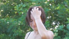 Портрет девушки на зеленой предпосылке листвы видеоматериал