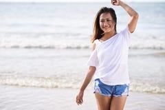 Портрет девушки на пляже стоковые изображения