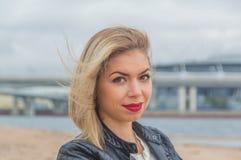 Портрет девушки на предпосылке моря, крупном плане Стоковое Изображение