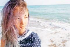 Портрет девушки на предпосылке моря стоковые фотографии rf
