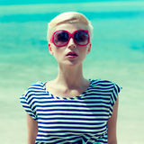 портрет девушки на предпосылке моря Стоковое Фото