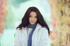 Портрет девушки осени в парке города outdoors Стоковая Фотография RF