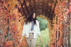 Портрет девушки осени в парке города outdoors Стоковое Фото
