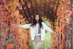Портрет девушки осени в парке города outdoors Стоковые Изображения RF