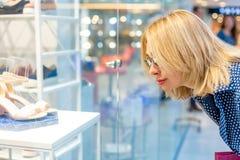 Портрет девушки покупок моды Женщина красоты в торговом центре Покупатель сбывания разбивочная нутряная покупка мола Стоковые Фотографии RF
