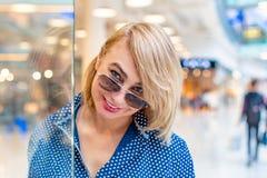 Портрет девушки покупок моды Женщина красоты в торговом центре Покупатель сбывания Стоковая Фотография