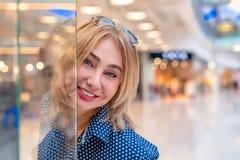 Портрет девушки покупок моды Женщина красоты в торговом центре Покупатель сбывания Стоковые Изображения