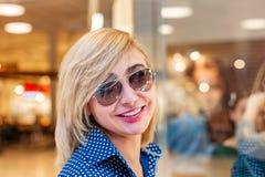 Портрет девушки покупок моды Женщина красоты в торговом центре Покупатель сбывания Стоковое Изображение