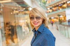 Портрет девушки покупок моды Женщина красоты в торговом центре Покупатель сбывания Стоковая Фотография RF