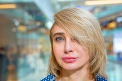 Портрет девушки покупок моды Женщина красоты в торговом центре Покупатель Стоковая Фотография RF