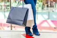 Портрет девушки покупок моды Женщина красоты с хозяйственными сумками в торговом центре Покупатель сбывания Стоковое Фото