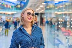 Портрет девушки покупок моды Женщина красоты с хозяйственными сумками в торговом центре Покупатель сбывания Стоковая Фотография