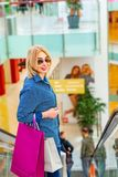 Портрет девушки покупок моды Женщина красоты с хозяйственными сумками в торговом центре Покупатель сбывания Стоковые Фото