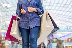 Портрет девушки покупок моды Женщина красоты с хозяйственными сумками в торговом центре Покупатель сбывания Стоковые Изображения RF