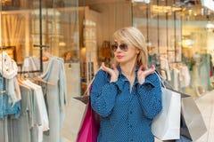 Портрет девушки покупок моды Женщина красоты с хозяйственными сумками в торговом центре Покупатель сбывания Стоковые Фотографии RF