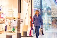 Портрет девушки покупок моды Женщина красоты с хозяйственными сумками в торговом центре Покупатель сбывания Стоковое Изображение RF