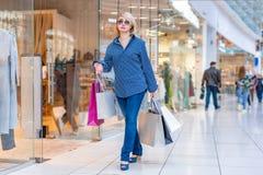 Портрет девушки покупок моды Женщина красоты с хозяйственными сумками в торговом центре Покупатель сбывания Стоковое Изображение