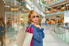 Портрет девушки покупок моды Женщина красоты с хозяйственными сумками в торговом центре Покупатель сбывания Стоковые Изображения