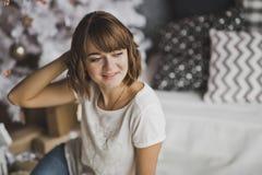 Портрет девушки расчесывая волосы с рукой 7213 Стоковая Фотография