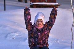 Портрет девушки ребенка в стеклах на солнечном вечере зимы Девушка наслаждается прогулкой вечера Сторона ` s девушки освещена Ра Стоковое Изображение RF