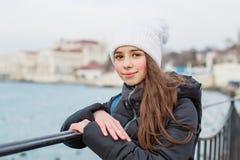 Портрет девушки ребенк на предпосылке моря Стоковые Изображения RF