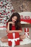 Портрет девушки рождества Красивая подарочная коробка настоящего момента женщины santa Стоковое Изображение RF