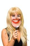 портрет девушки стеклянный показывая зуб Стоковое Фото