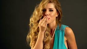Портрет девушки с дуя волосами в ветре движение медленное видеоматериал
