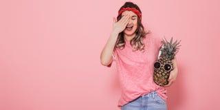 Портрет девушки с закрытым глазом на розовой предпосылке стоковые фото