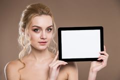 Портрет девушки с таблеткой Стоковые Фотографии RF