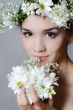 Портрет девушки с цветками Стоковые Изображения