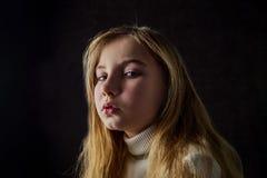 Портрет девушки с эмоциями на ее стороне стоковая фотография rf