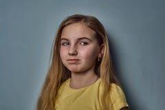 Портрет девушки с эмоциями на ее стороне стоковое фото