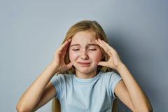Портрет девушки с эмоциями на ее стороне стоковые фотографии rf