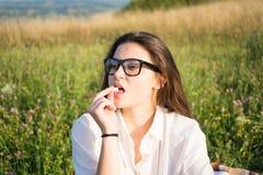 Портрет девушки с eyeglasses outdoors Стоковая Фотография