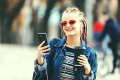 Портрет девушки хипстера с боязнями стоковое фото