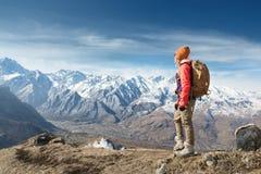 Портрет девушки хипстера фотографа туристской в солнечных очках и шляпе на фоне покрытого снег Кавказ стоковое изображение