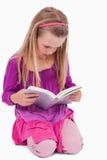 Портрет девушки читая книгу Стоковое фото RF
