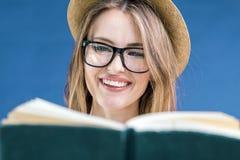 Портрет девушки чтения Стоковое Фото